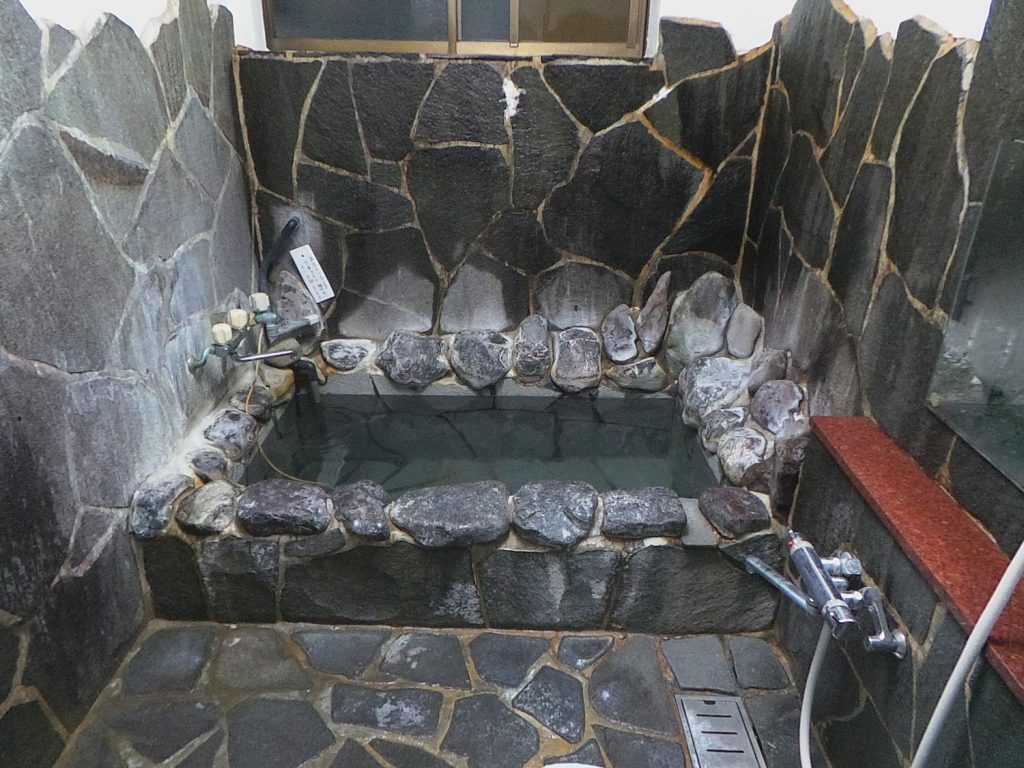 Ein privates Bad in Minshuku in Kumomi Onsen, Shizuoka, Japan