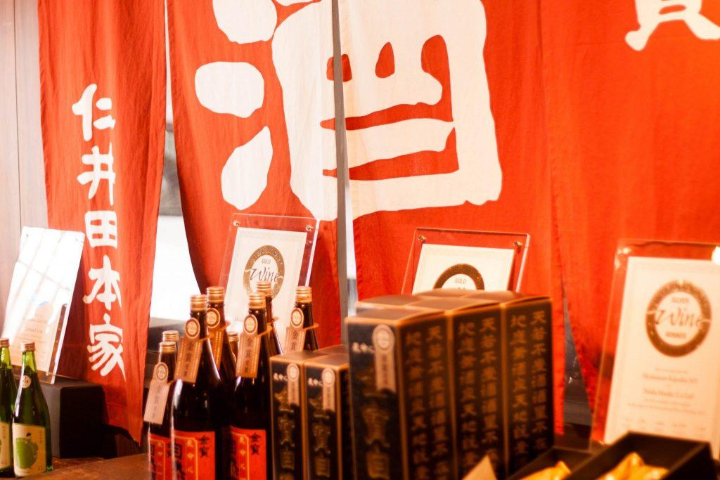 Sake-Flaschen bei Niida Honke Sake Brewery in der Präfektur Fukushima