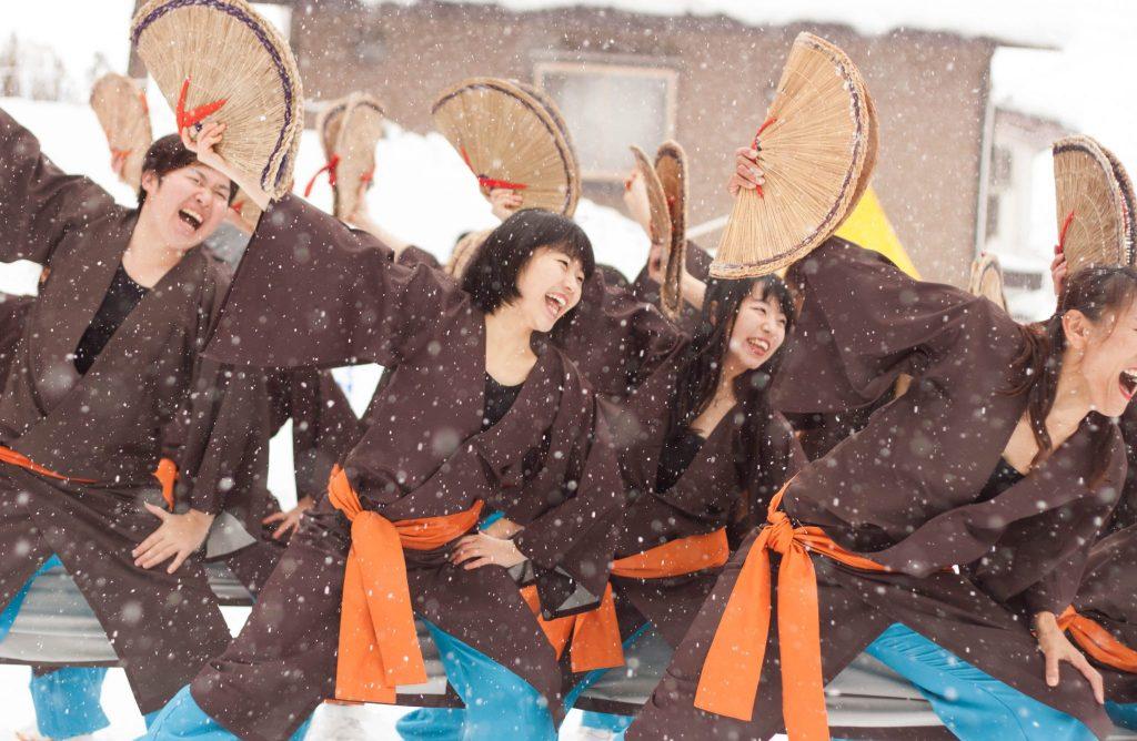 Yosakoi ist ein einzigartiger japanischer Tanz, der in ganz Japan bei verschiedenen Veranstaltungen und Festivals aufgeführt wird.