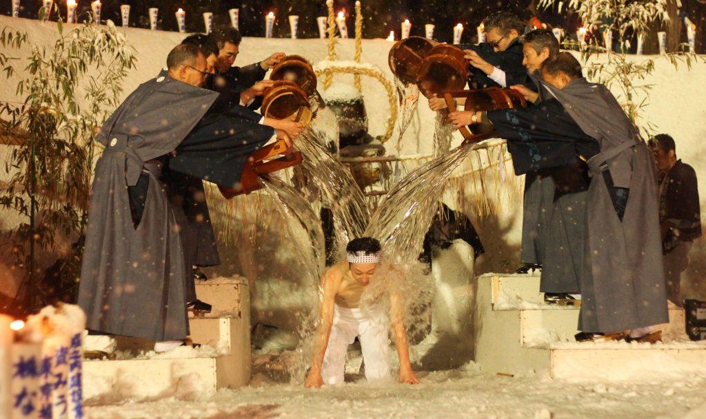 Die Zeremonie der Wasserdusche