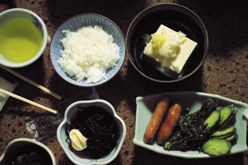 Reis, Tsukemono, Tofu im Minshuku in Kumomi Onsen, Shizuoka, Japan