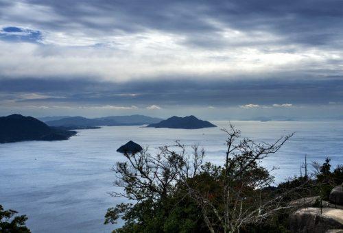 Sicht auf das Seto Binnenmeer vom Gipfel des Bergs Misen, Miyajima, Hiroshima, Japan.
