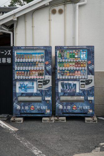 """Stadt Kurashiki in der Präfektur Okayama, auch bekannt als """"Kojima Jeans Street""""."""