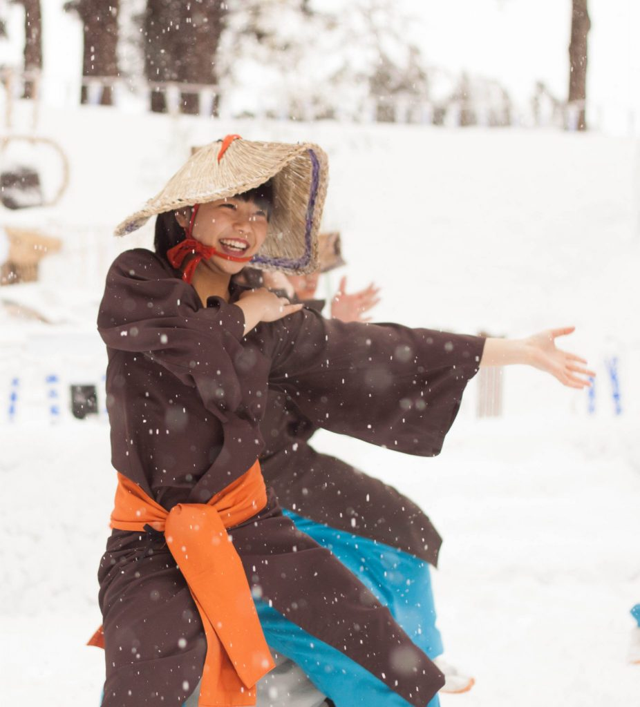 Der Yosakoi-Tanz ist besonders bekannt für seine Verwendung von Naruko, kleinen Holzklöppeln, die in den Händen jedes Tänzers gehalten werden.