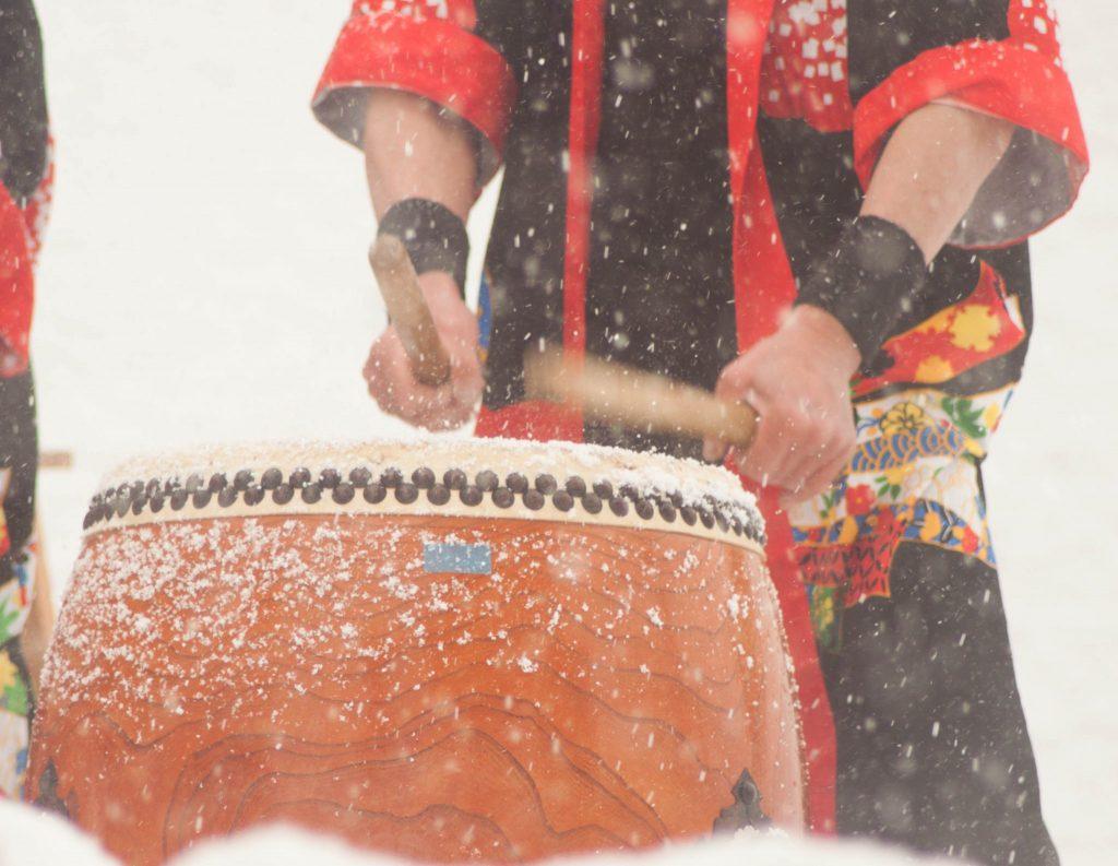 Wadaiko-Leistung im Schnee
