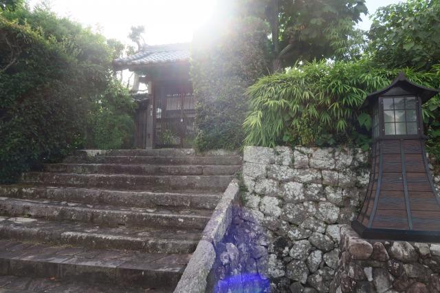 Ein Spaziergang in den authentischen Samurai-Vierteln ist am besten in einem Kimono möglich, Kitsuki, Oita, Japan