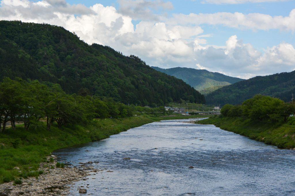 Schöner Fluss in Hida Furukawa, Gifu-Präfektur, Japan