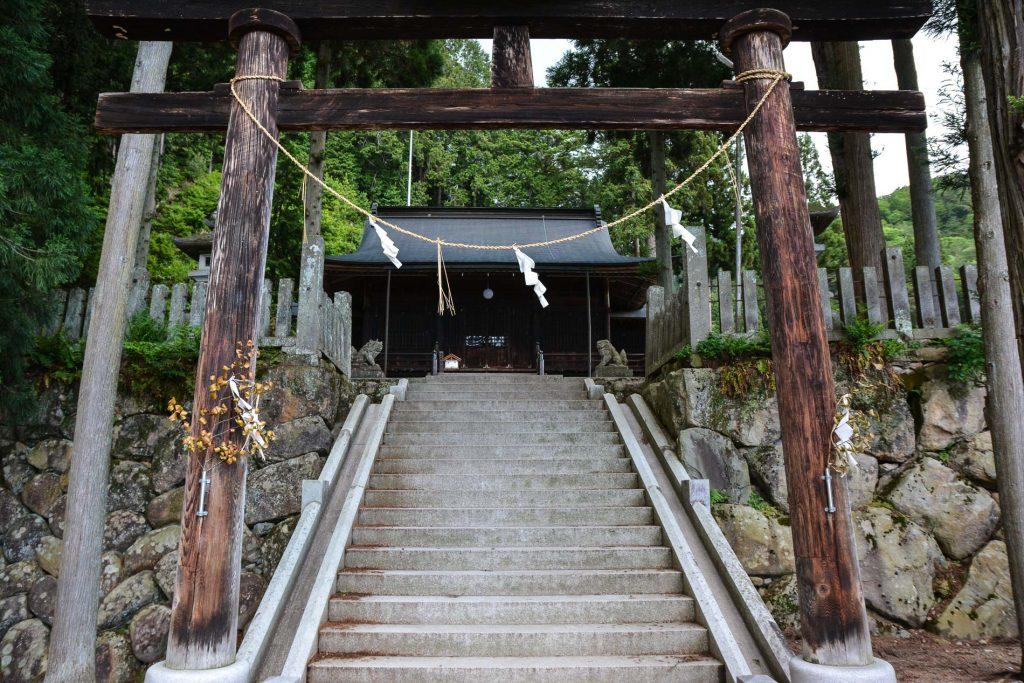 Ein kleiner Schrein in Hida Furukawa, Präfektur Gifu, Japan