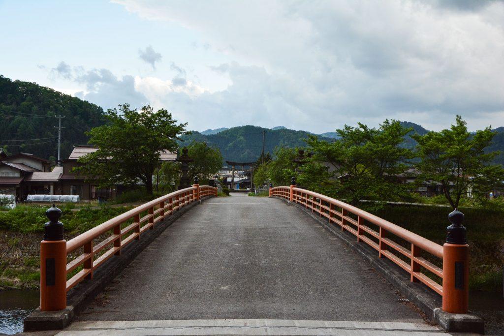 Die Brücke befindet sich in Hida, Gifu, Japan