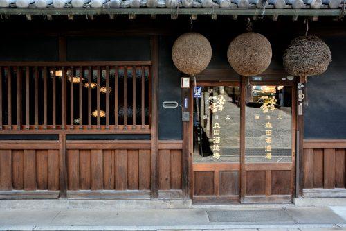Auf dem Berg Tsurugata, in der Altstadt von Bikan, befindet sich der Shinto Aichi Schrein, Kurashiki, Bikan, Japan