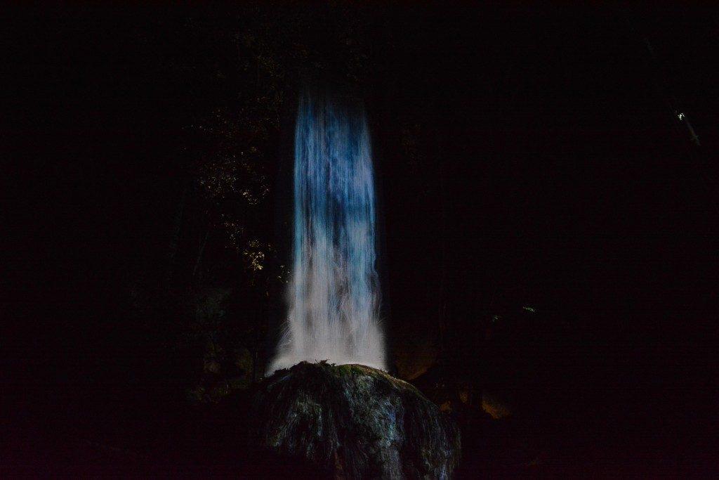 """Die Ausstellung """"Ein Wald wo Götter leben"""" wurde von Teamlab im Mifuneyama rakuen garten in Takeo onsen, Saga, Japan produziert."""