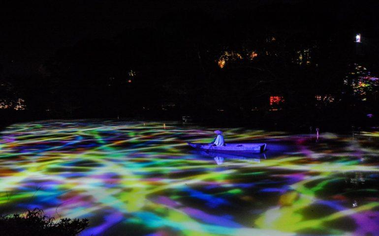 """Die Ausstellung """"Ein Wald, in dem Götter leben"""", produziert von Teamlab im Mifuneyama rakuen Garten in Takeo onsen, Saga."""