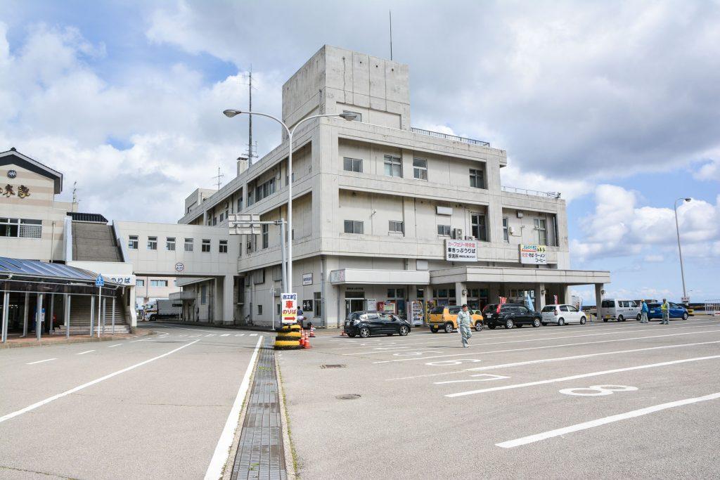 Das Fährterminal zur Insel Sado in Niigata, Japan