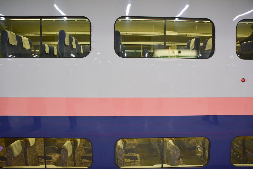 Ein Shinkansen in Tokio, Kanto, Japan