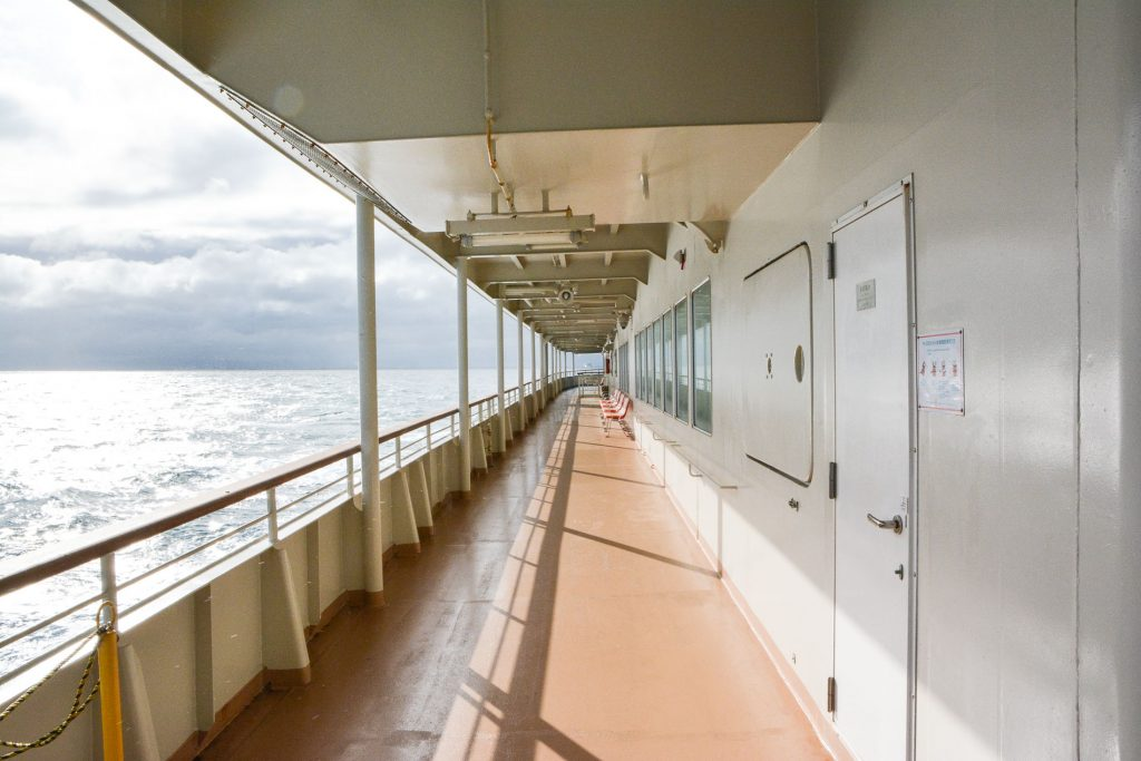 Auf dem Deck der Fähre zur Insel Sado in Niigata, Japan