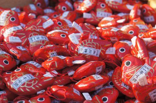 Die Omikuji (Glücksorakel) sind in Fischform und werden mit einer kleinen Angel gefangen.