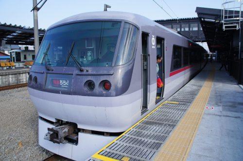 Der Red Arrow Limited Express im Bahnhof Chichibu.