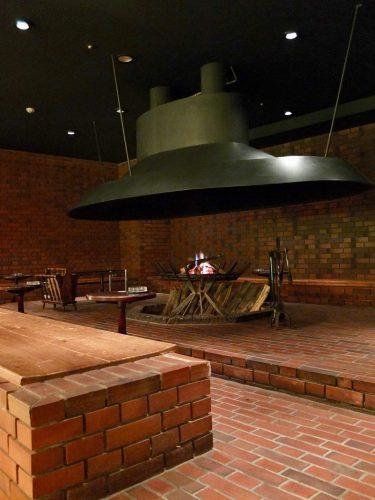Die Feuerstelle in der Chatelaine Cocktail Lounge.