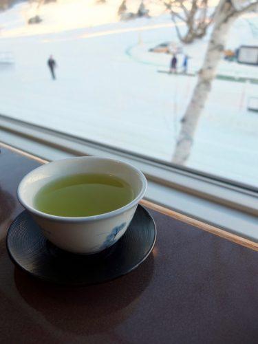 Mit grünem Tee auf die morgendlichen Skipisten schauen. Was könnte schöner sein?