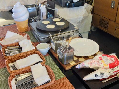 Die Pancakes werden frisch für Sie zubereitet, während Sie im Restaurant Azalea warten.