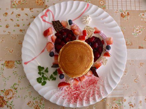 Erdbeere Pancakes, ein saisonales Gericht im Restaurant Azalea im Naeba Prince Hotel.
