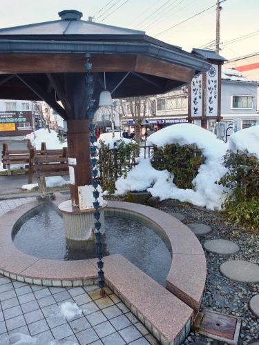 Genießen Sie ein Onsen Fußbad im Inamoto Hotel.