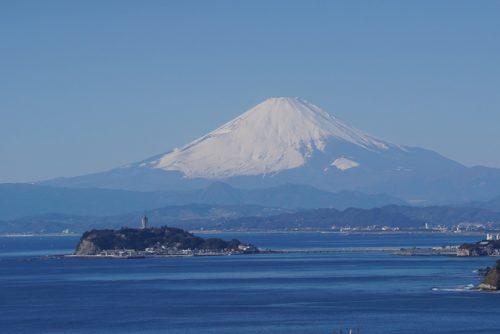 Die Ansicht des Fuji und von Enoshima vom Imamuragasaki Park aus.