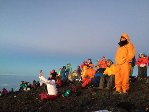 Menschen besteigen den Mt Fuji in Japan