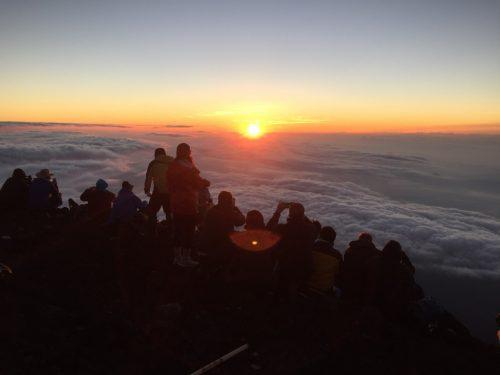 Einen Sonnenaufgang von der Spitze des Berges Fuji in Japan betrachten