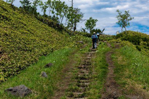 Wandern auf dem Berg Mokoto in Hokkaido, Japan.