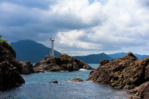 Ein atemberaubender Strand in der Nähe von Kyoto in der Stadt Takahama, Präfektur Fukui, Japan.