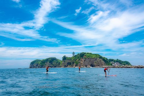 Eine Stand Up Paddle Board- Stunde in Enoshima, Japan.
