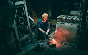 Herstellung von Messern in der Schmiede von Mizuno Tanrenjo, Sakai, Osaka, Region Kinki, Japan.