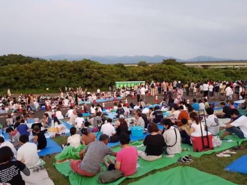 Warten am Fluss Shinano in Nagaoka, Präfektur Niigata, Japan.