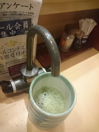 Agua caliente en un restaurante 'kaitenzushi'