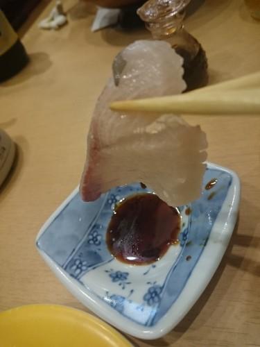 Mojando sushi en salsa de soja.