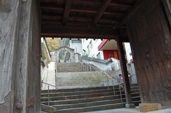 Escaleras de entrada al templo Enmeiji de Nagasaki