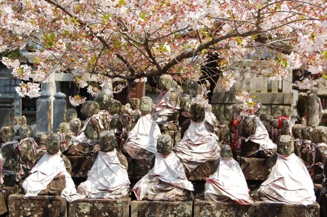 Monjes de piedra en el jardín del templo Enmeiji de Nagasaki