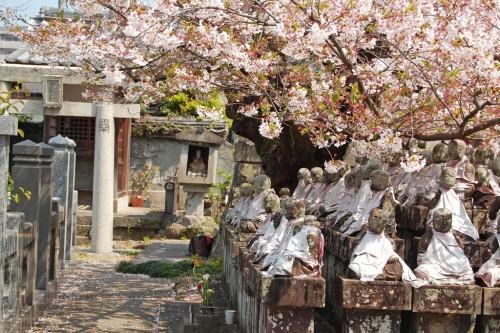 Figuritas de piedra en el jardín del templo Enmeiji de Nagasaki