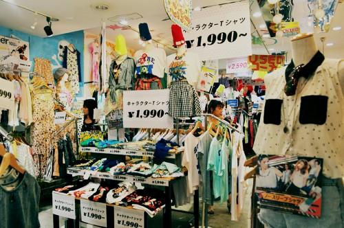 Tienda de ropa y complementos vintage en el centro de Hiroshima (Japón)