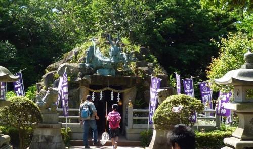 Templo construido en una cueva en Enoshima, Japón