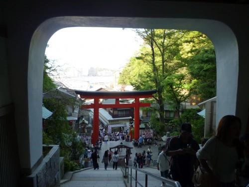 Arco torii rojo en Enoshima (Japón)