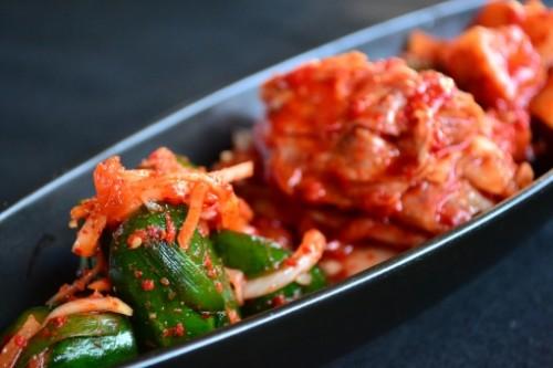 Plato coreano de verduras kimchi.