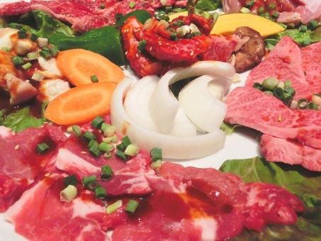 Plato de yakiniku con verduras.