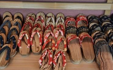 Zapatos tradicionales de madera geta.