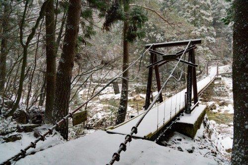 Puente nevado en el Cañón de Kakizore, Nagiso.