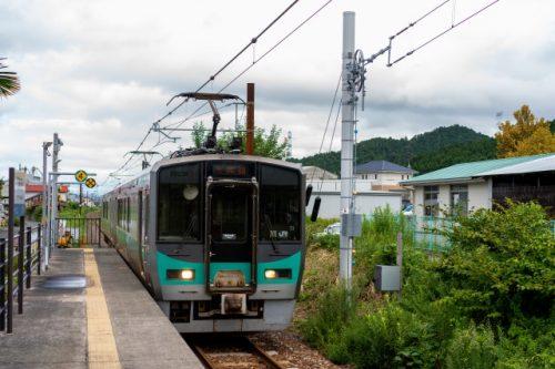 El tren de Obama Line se dirige a la playa cerca de Kyoto.