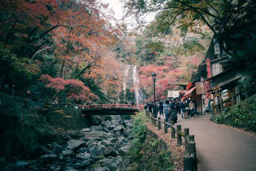 Espectacular paisaje con las tiendas al lado del camino en el monte Mino de Osaka, Japon.
