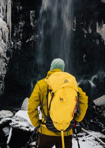 Excursión con raquetas de nieve hasta la cascada en Tazawako, Semboku, Akita, Tohoku, Japón.