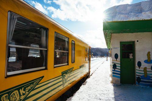 El Tren Akita Nairiku para en la Nevada Estación de la Prefectura de Akita.
